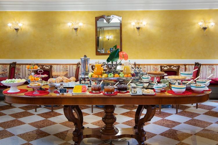 Colazione a buffet  art hotel orologio bologna